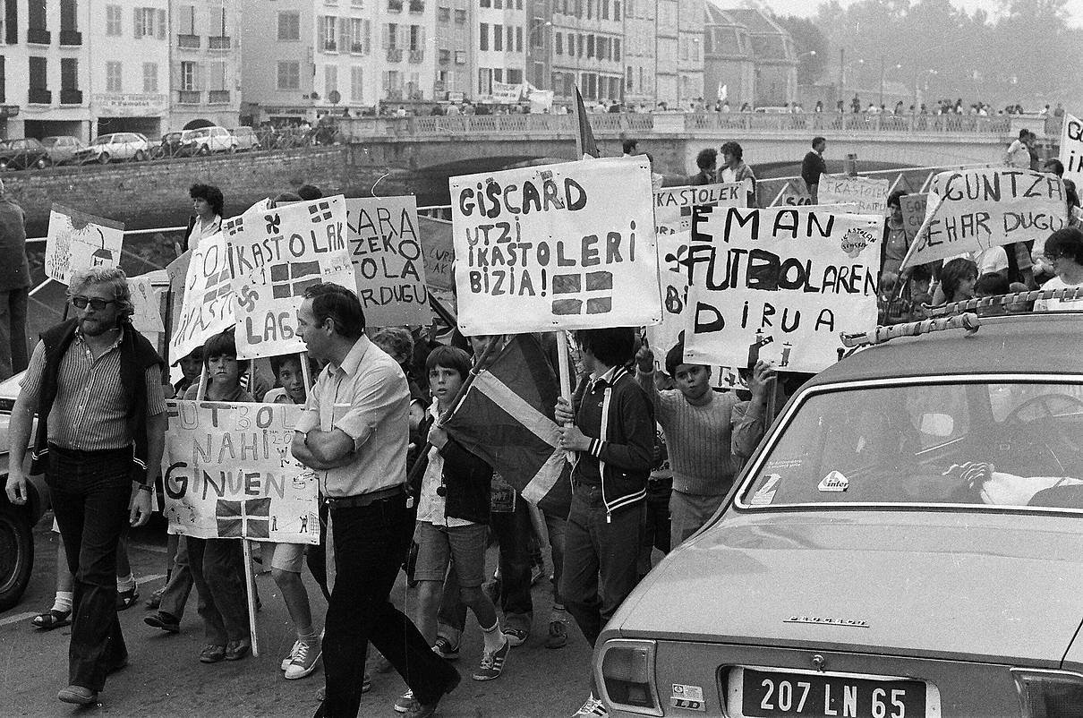 <b>Manifestazioak. </b>Seaskaren aldeko mobilizazioak ez du etenik izan hasieratik. Irudian, 1980ko protesta bat, Baionan. ©DANIEL VELEZ