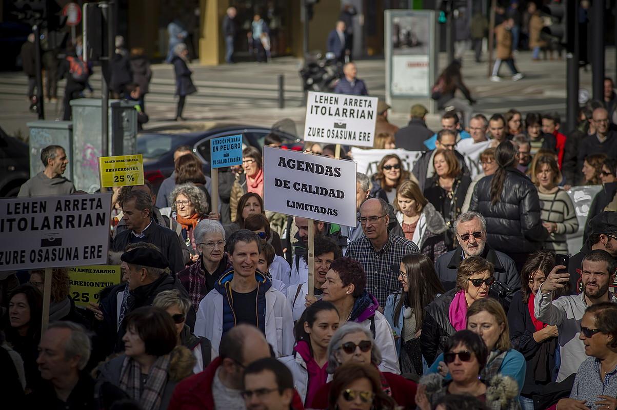 Lehen arretako langileek atzo eguerdian Gasteizen eginiko manifestazioa.