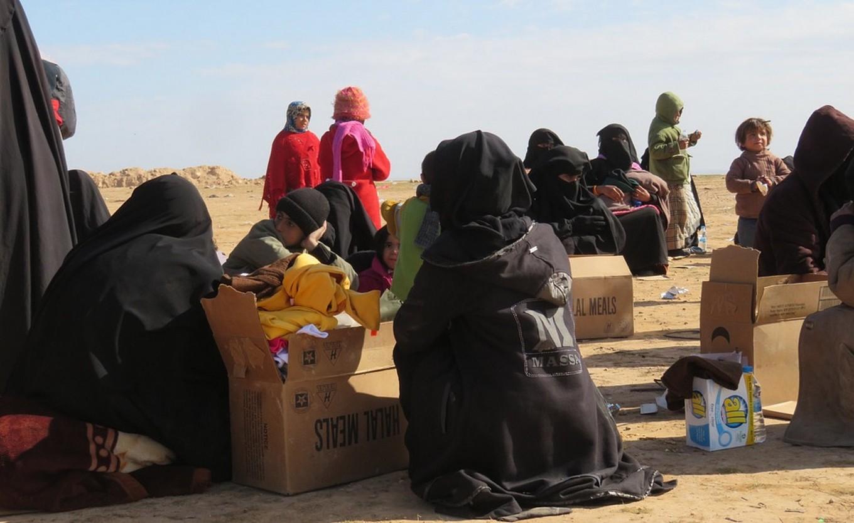 SDFko miliziak askatutako zibilak, Deri Ez-Zorren. Tartean, Estatu Islamikoko gerrillarien senideak daude.