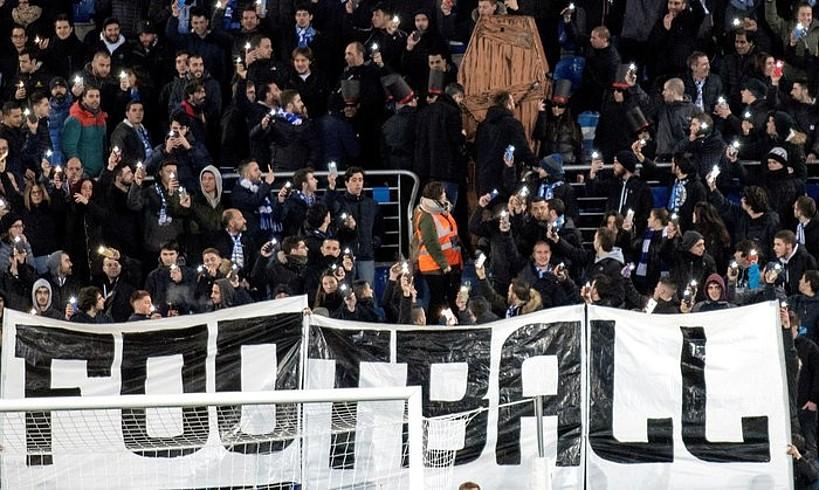 Alaveseko zaleek hilkutxa batekin irudikatu zuten futbolaren heriotza. ©A. R. H. / EFE