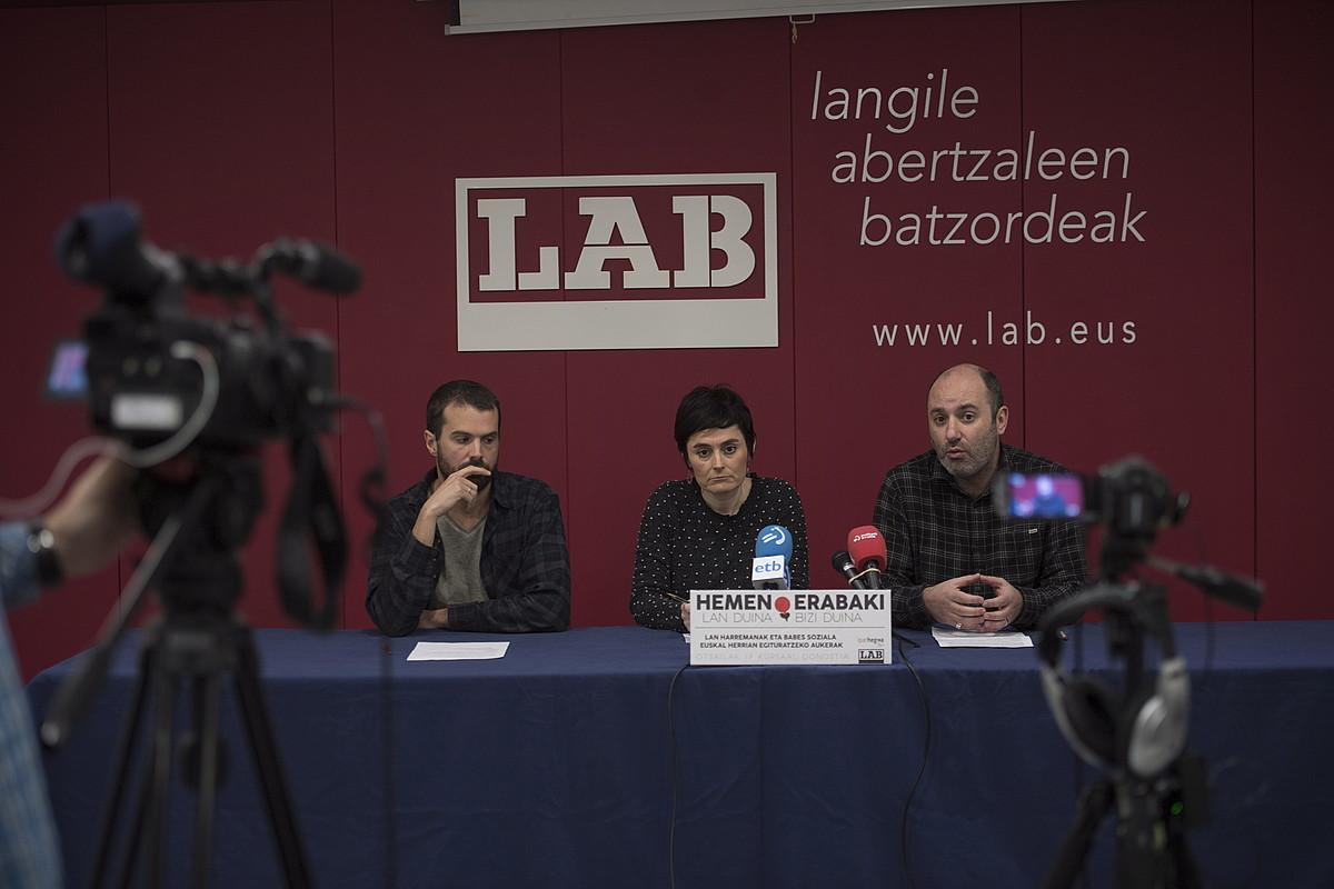 Igor Arroyo, Garbiñe Aranburu eta Jagoba Zulueta, atzo, LABen Donostiako egoitzan. ©JUAN CARLOS RUIZ / FOKU