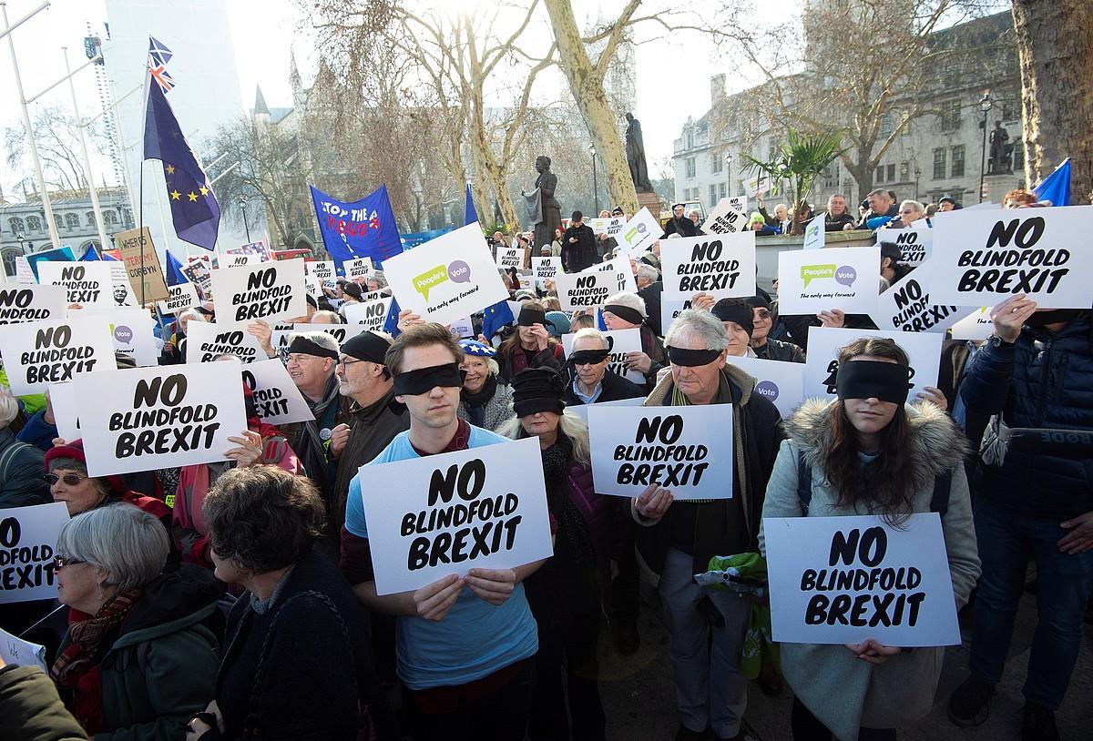 <em>Brexit</em>-aren aurkakoek protesta egin zuten Erresuma Batuko Parlamentuaren kanpoan, <em>Brexit itsurik ez</em> lelopean. &copy;FACUNDO ARRIZABALAGA / EFE