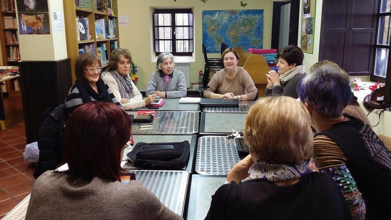 Gasteizko kontzejuetako hainbat emakume, bilera batean. ©EMACOVI