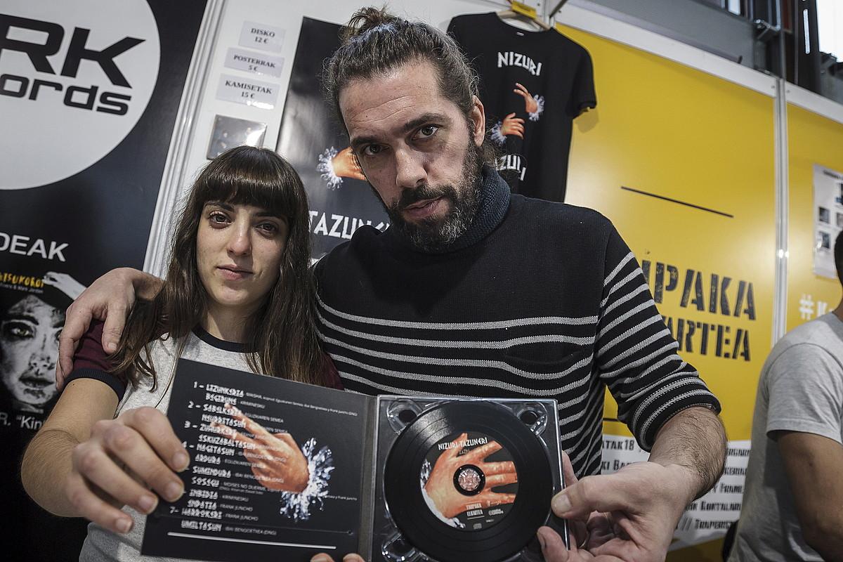 Estefania Beneyto <em>Fani</em> eta Unai Neira <em>Norzzone</em>, Nizuri Tazuneri musika taldeko kideak, lan berria eskuetan dutela. &copy;ARITZ LOIOLA / FOKU