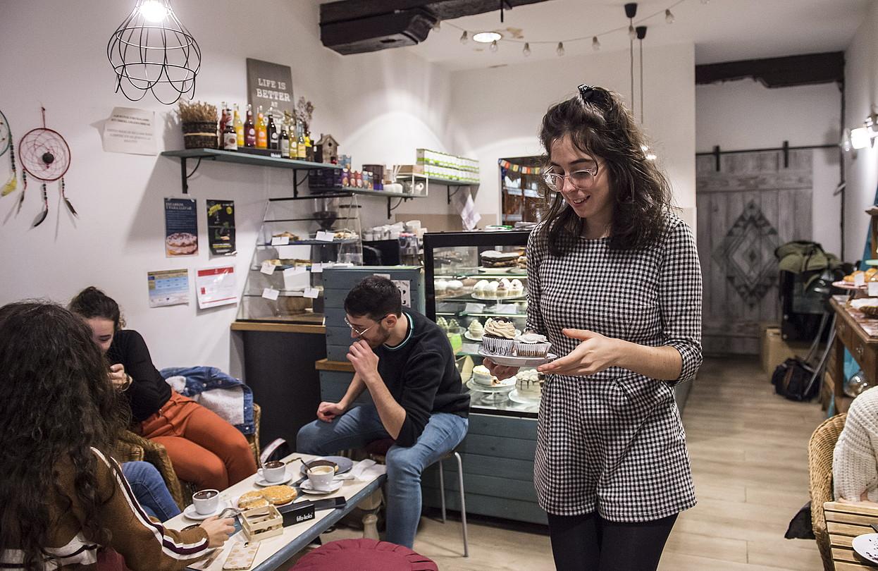 Neguan txokolate beroa hartzera edo udan zukuekin freskatzera doazen bezeroek bete egiten dute Zazpikaleetako gozotegi beganoa. ©MARISOL RAMIREZ / FOKU