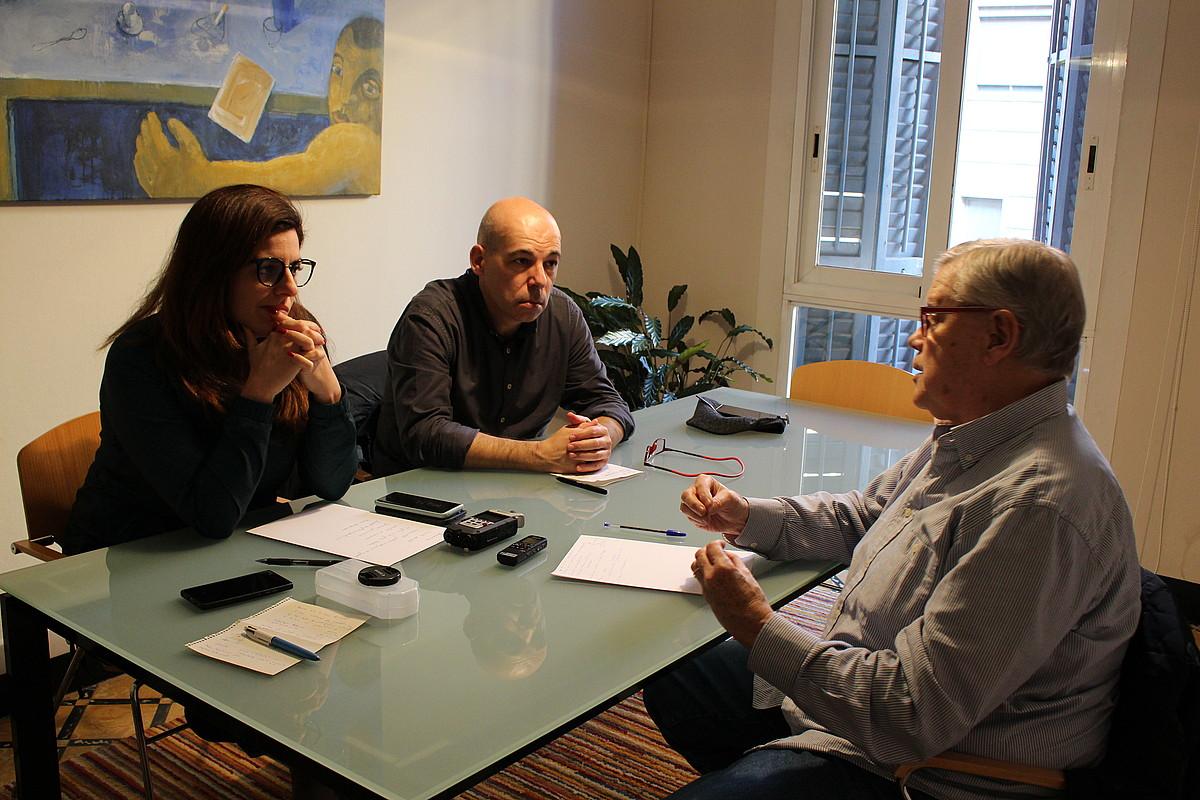 <b>Mahai baten bueltan.</b> Carla Vall zuzenbide penaleko abokatua, David Minoves politologoa eta Jaume Marfany filologoa, aste honetan, Bartzelonan. &copy;CARME PORTA