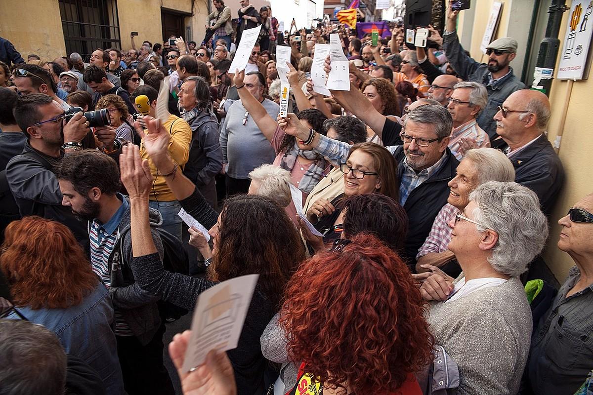 <b>Ikusmina. </b>2017ko irailean, Kataluniako egoerari buruz eginiko hitzaldira sartu ezinik geratu zen jende ugari. / MADRILEÑOS POR EL DERECHO A DECIDIR