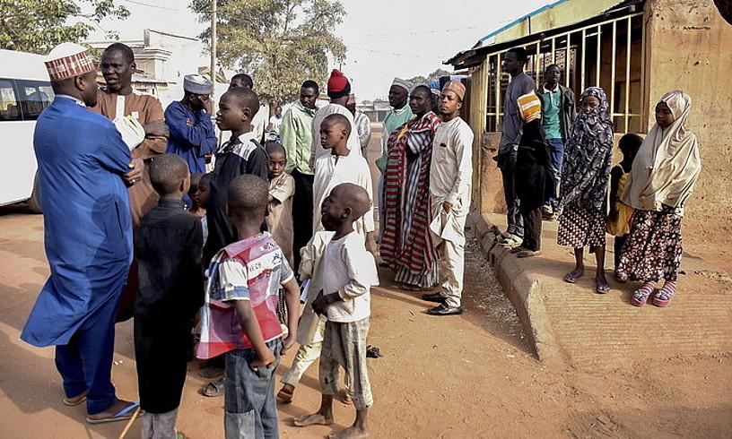 Herritar talde bat Nigeria iparraldeko Daura hirian, atzo, bozkaleku baten aurrean. ©EPA / EFE