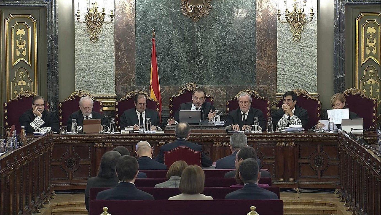 Manuel Marchena epaimahaiko burua Jordi Turull Kataluniako lider independentistari zuzentzen, atzo, Espainiako Auzitegi Gorenean. / EFE