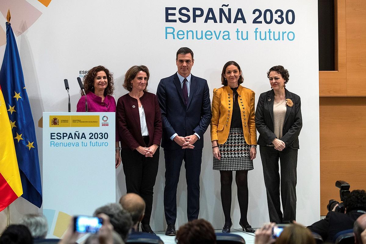 Pedro Sanchez Espainiako Gobernuko presidentea eta bere lau ministro, atzo, Madrilen. ©RODRIGO JIMENEZ / EFE
