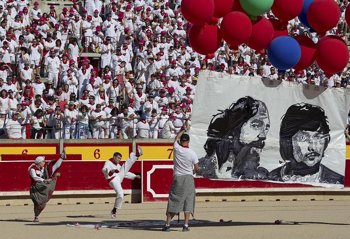 Iruñeko peñek German Rodriguezi eta Joseba Barandiarani iazko sanferminetan eginiko omenaldia.