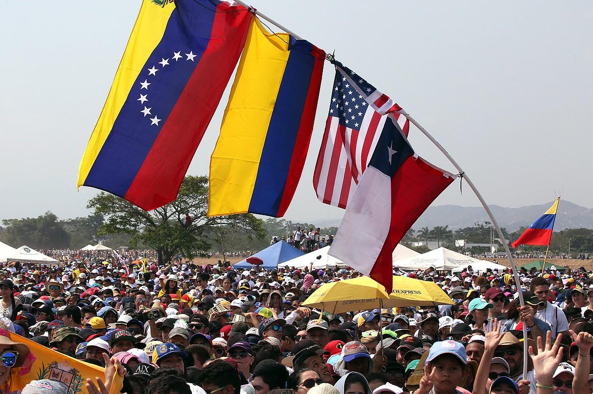 Venezuelako, Kolonbiako, AEBetako eta Txileko banderak, atzo, Kolonbiako Cucuta hiriko kontzertuan, Venezuelako mugan. ©MAURICIO DUEÑAS CASTAÑEDA / EFE