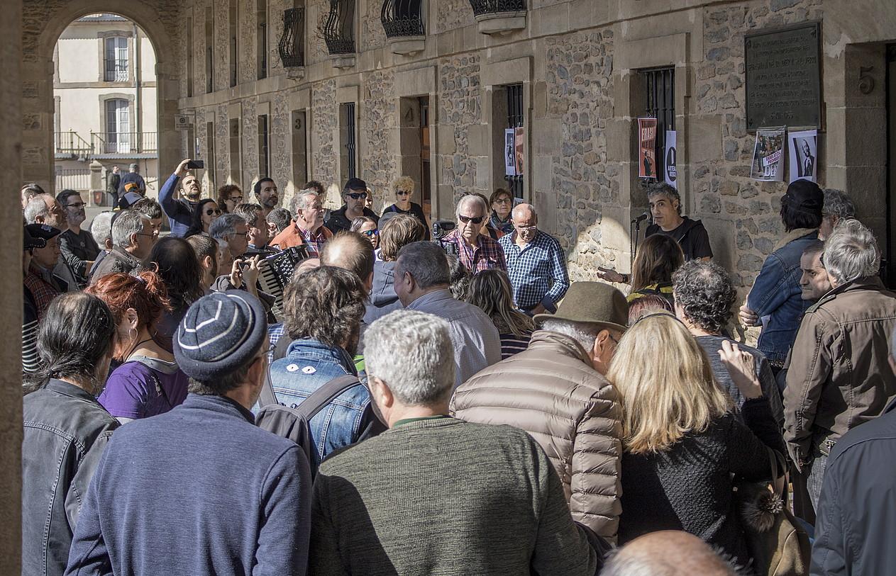 Arteak Ireki plataformako kideak Eusko Legebiltzarrean izan ziren atzo, eztabaida jarraitzen. Kanpoan, agerraldia egin zuten ondoren. ©IHANA IRIONDO / FOKU