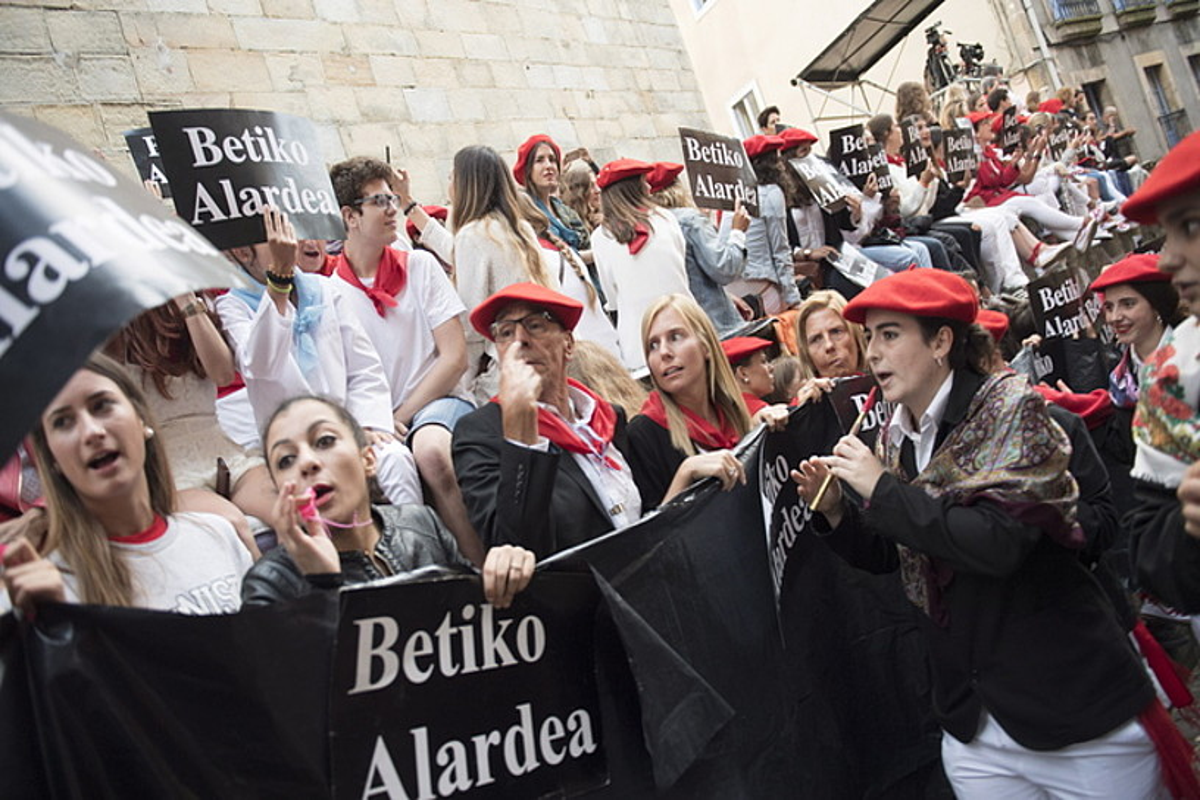 Irain eta txistu artean desfilatu zuen Jaizkibelek iazko alardean. ©J.C.RUIZ / FOKU