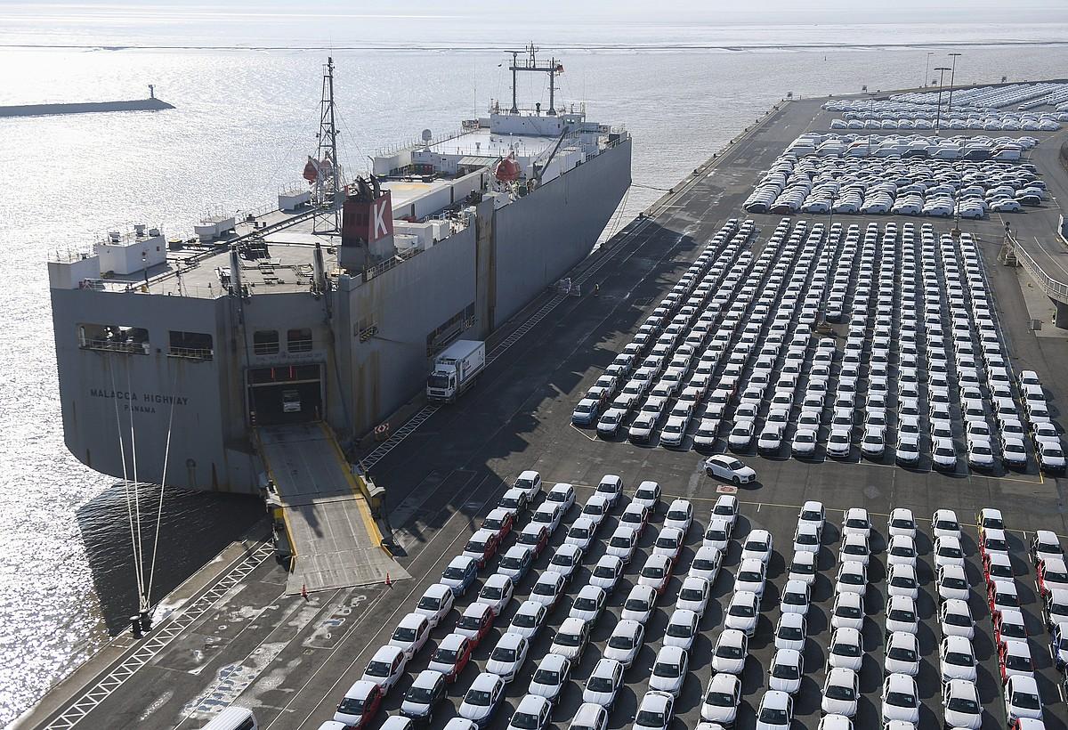 Esportatzeko autoak itsasontziratzeko prest, Emdengo portuan, Alemanian, artxiboko irudi batean. ©DAVID HECKER / EFE