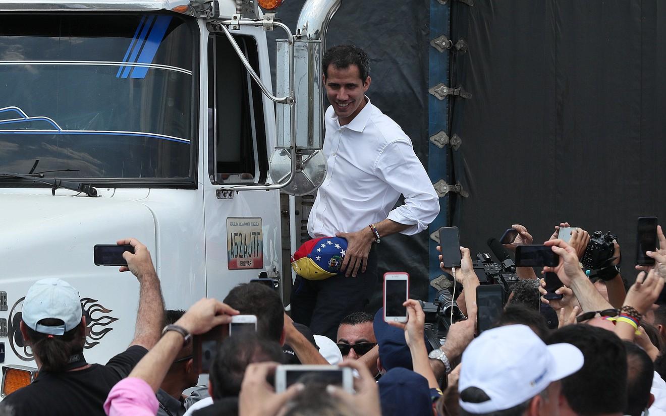 Juan Guaido Venezuelako oposizioko liderra kamioi batean, atzo, Kolonbiako Cucuta hirian. ©MAURICIO DUEÑAS CASTAÑEDA / EFE