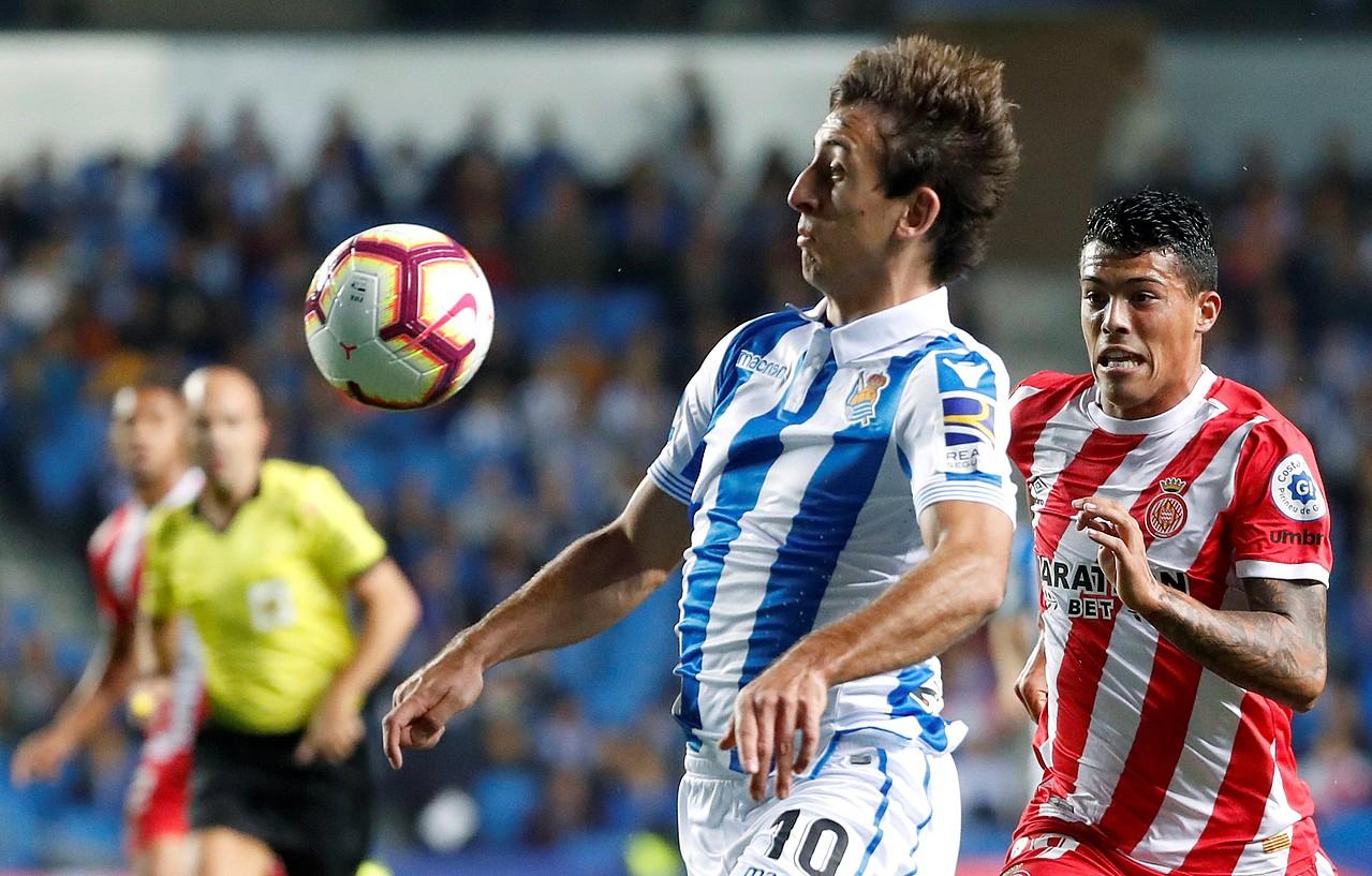 Mikel Oiartzabal, baloia kontrolatu nahian, lehen itzulian Anoetan Gironaren aurka jokatutako partidan. ©JUAN HERRERO / EFE