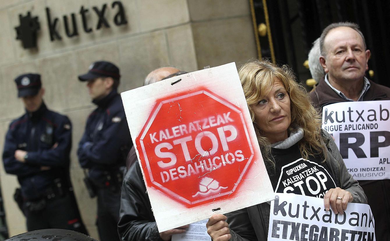 IRPH Stop eta Kaleratzeak Stop plataformen protesta Kutxaren egoitza aurrean, Donostian, 2014ko apirilean. ©JUAN HERRERO / EFE