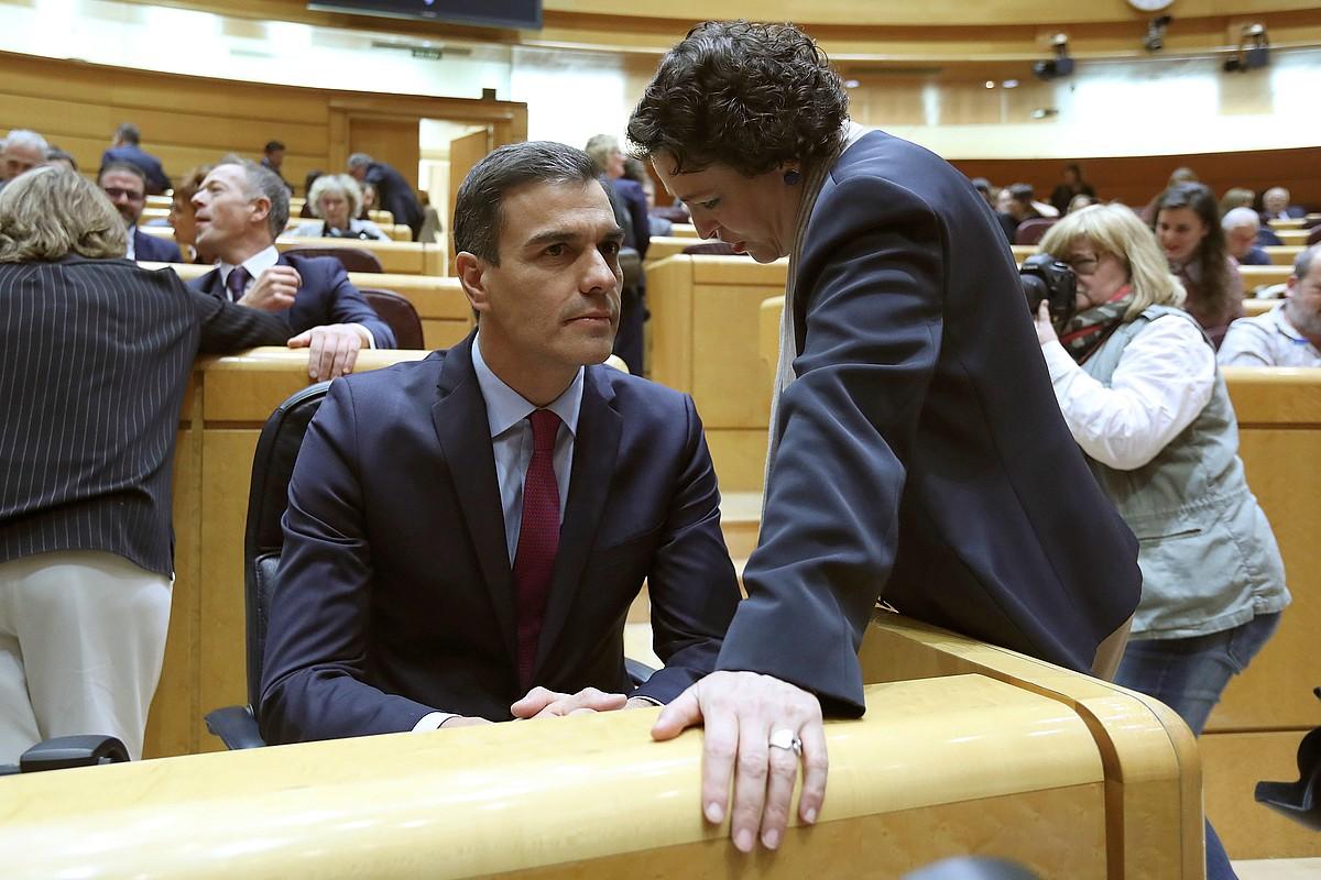 Pedro Sanchez Espainiako presidentea eta Magdalena Valerio Lan ministroa, Madrilen, otsailaren 19an.