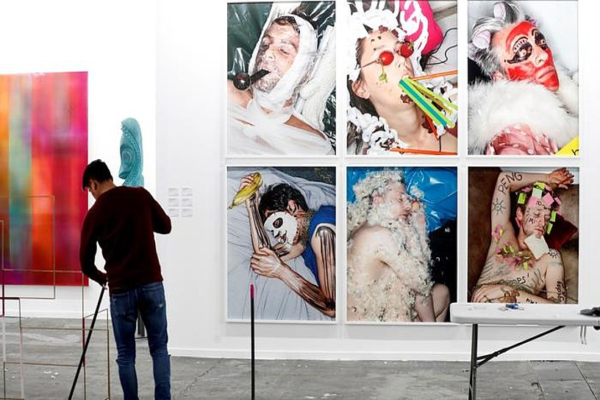 Nazioarteko 206 galeria izango dira aurtengo Arcon. Irudian, Pelaires galeriaren erakustokia, muntatze lanetan.