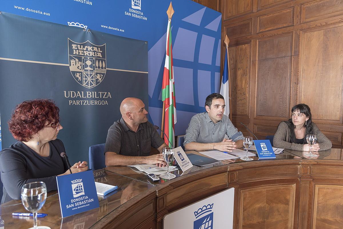 Udalbiltzako kideak, atzo, Donostian. Erdian, Luis Intxauspe lehendakaria eta Joseba Compains abokatua. ©A.CANELLADA / FOKU