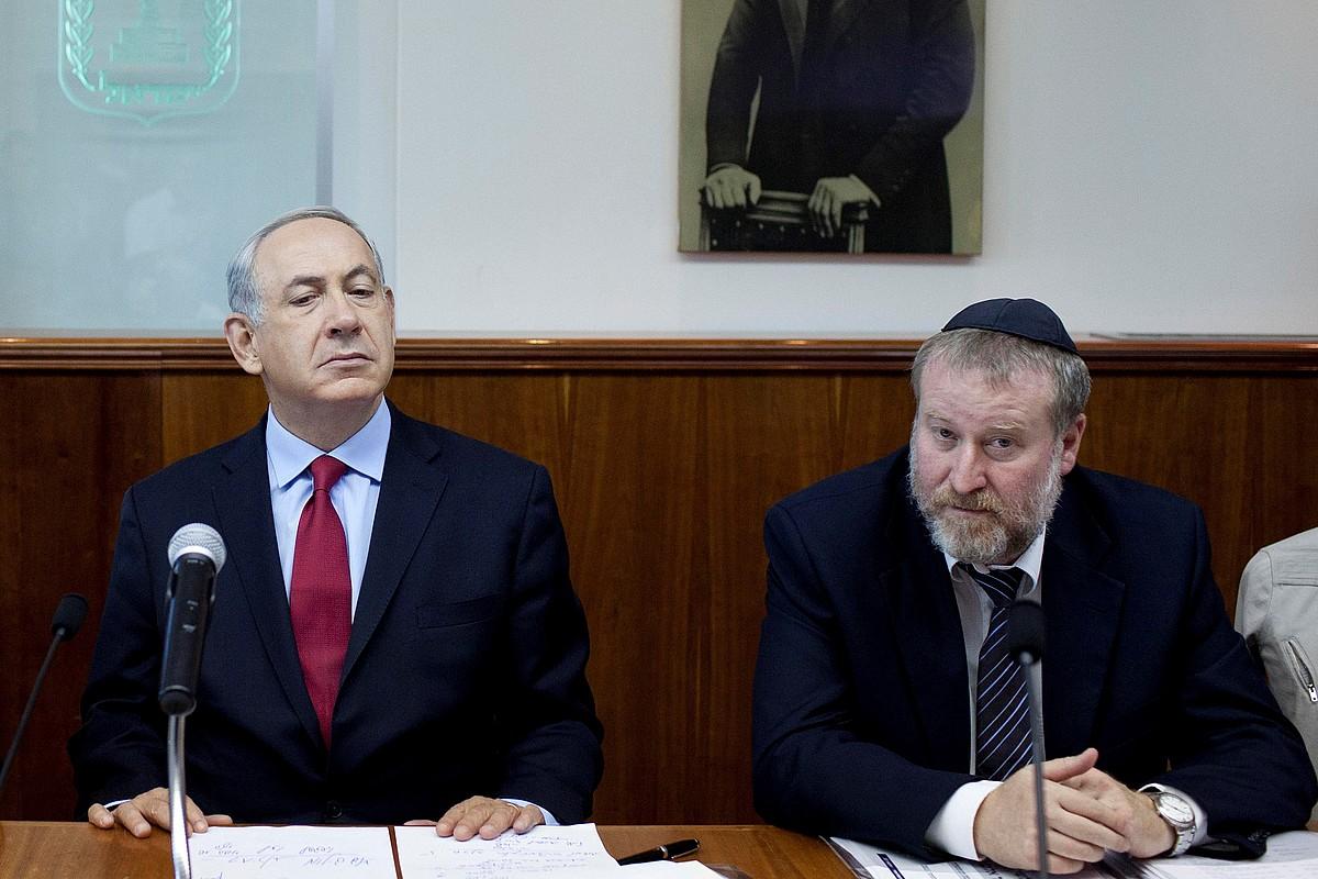 Benjamin Netanyahu lehen ministroa eta Avichai Mandelblit fiskal nagusia, 2013ko agerraldi batean. ©ABIR SULTAN / EFE