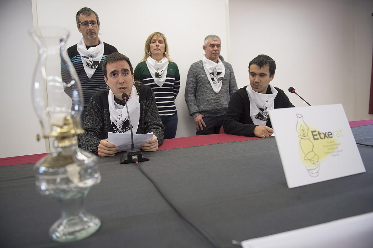 Etxerat elkarteko kideak, atzo, Donostian. Mahaian daudenek irakurri zuten adierazpena: Ibon Garatek eta Peru del Hoyok. / JUAN CARLOS RUIZ / FOKU