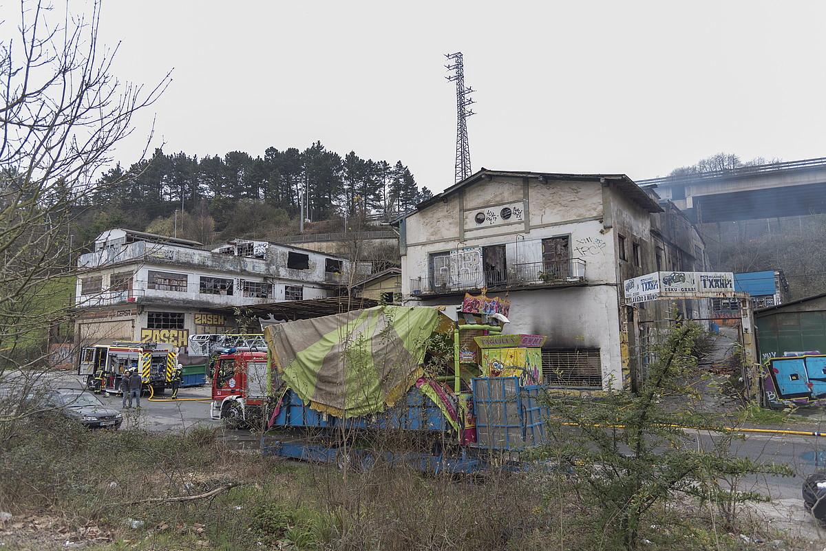 Su hartu zuen eraikina, eta suhiltzaileak lanean. ©ANDONI CANELLADA / FOKU