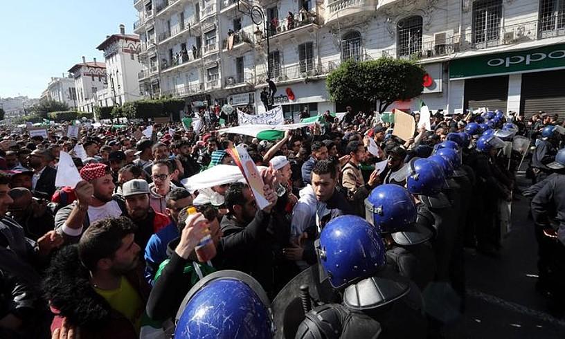 Azken hamarkadako manifestazio jendetsuenak egin dituzte Aljerian. Irudian, Aljer hiriburuan atzo izandako protesta. ©MOHAMED MESSARA / EFE