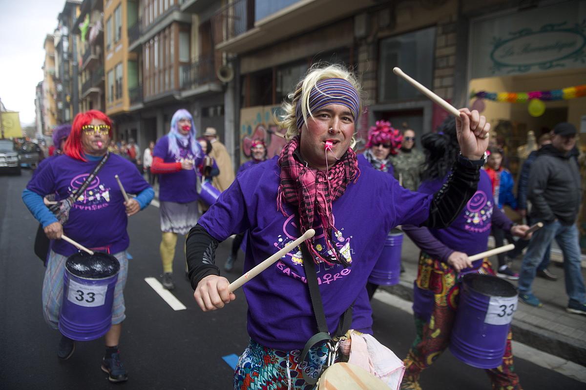 <b>Batukada feminista. </b>Gizonek jarritako erritmoan. &copy;JON URBE / @FOKU