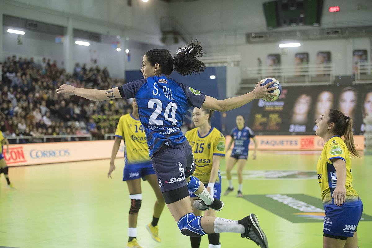 Sara Gil, jaurtiketa bat egiten atzoko norgehiagokan. ©JUAN CARLOS RUIZ / FOKU