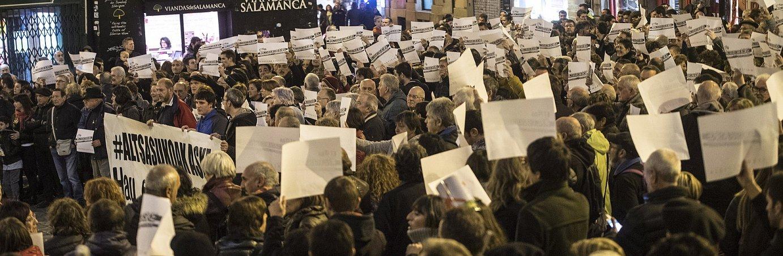 Auzitegi Nazionaleko Apelazio Auzitegiaren epaiaren aurka, protesta zaratatsua egin zuten, atzo, Iruñeko Udaletxe plazan. ©JAGOBA MANTEROLA/ FOKU