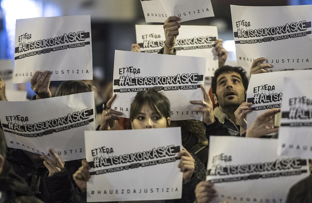 Elkarretaratzea egin zuten atzo iluntzean Iruñeko Udaletxe plazan. ©JAGOBA MANTEROLA / FOKU