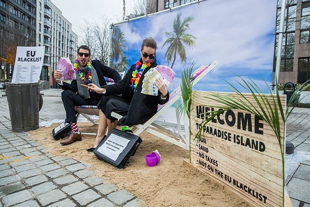 Oxfamen protesta paradisu fiskalen kontra Europako Batzordearen aurrean, Bruselan, 2017an. ©STEPHANIE LECOCQ / EFE