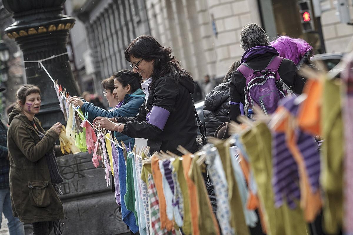 Etxeko langileek eskularruak eta trapuak zintzilikatu zituzten greba irudikatzeko. ©ARITZ LOIOLA / FOKU