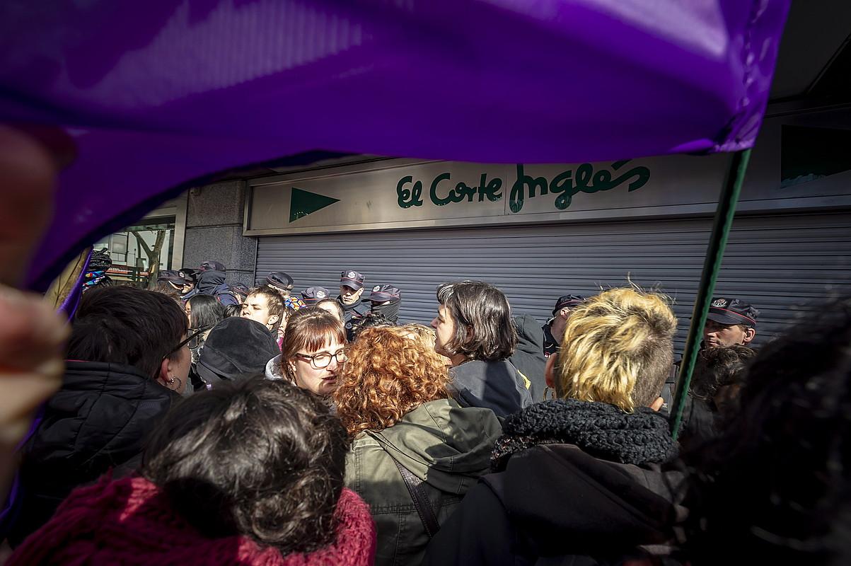 Ehunka emakumezko bildu ziren Corte Ingles saltokiaren aurrean. ©JAIZKI FONTANEDA / FOKU