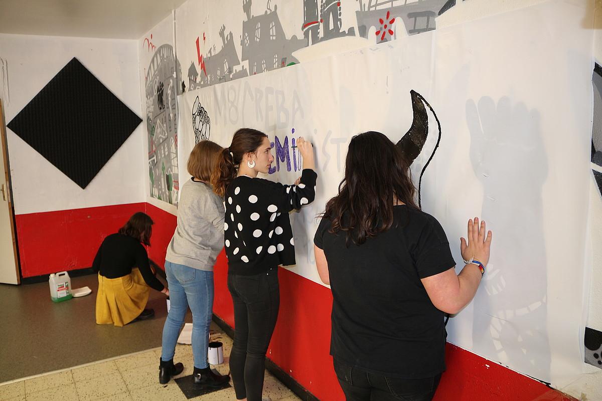 Grebalari feministak kartelak egiten Zizpa gaztetxean. ©BERRIA