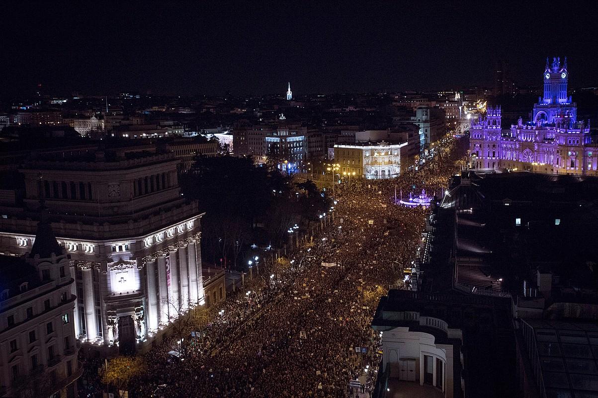 Madrilgo erdigunea jendez gainezka, atzo iluntzean, mugimendu feministak antolatu zuen manifestazioan. ©LUCA PIERGIOVANNI / EFE
