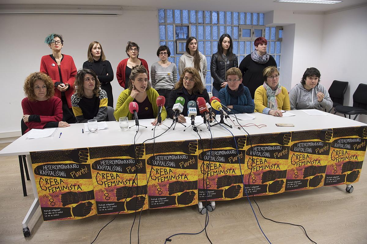 Mugimendu feministako ordezkariak, grebaren gainean mintzaten, atzo. ©JUAN CARLOS RUIZ /FOKU