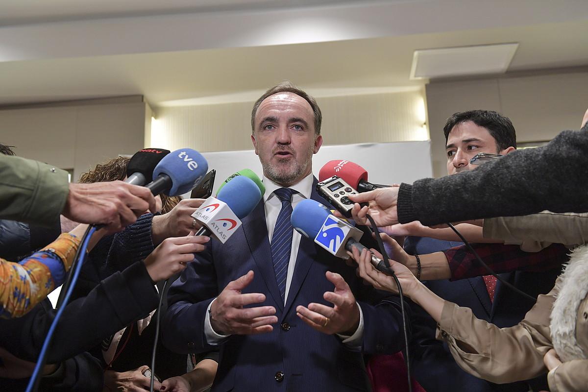 Javier Esparza UPNko presidentea, atzo gauean, Iruñean emandako prentsaurrekoan. ©IDOIA ZABALETA / FOKU