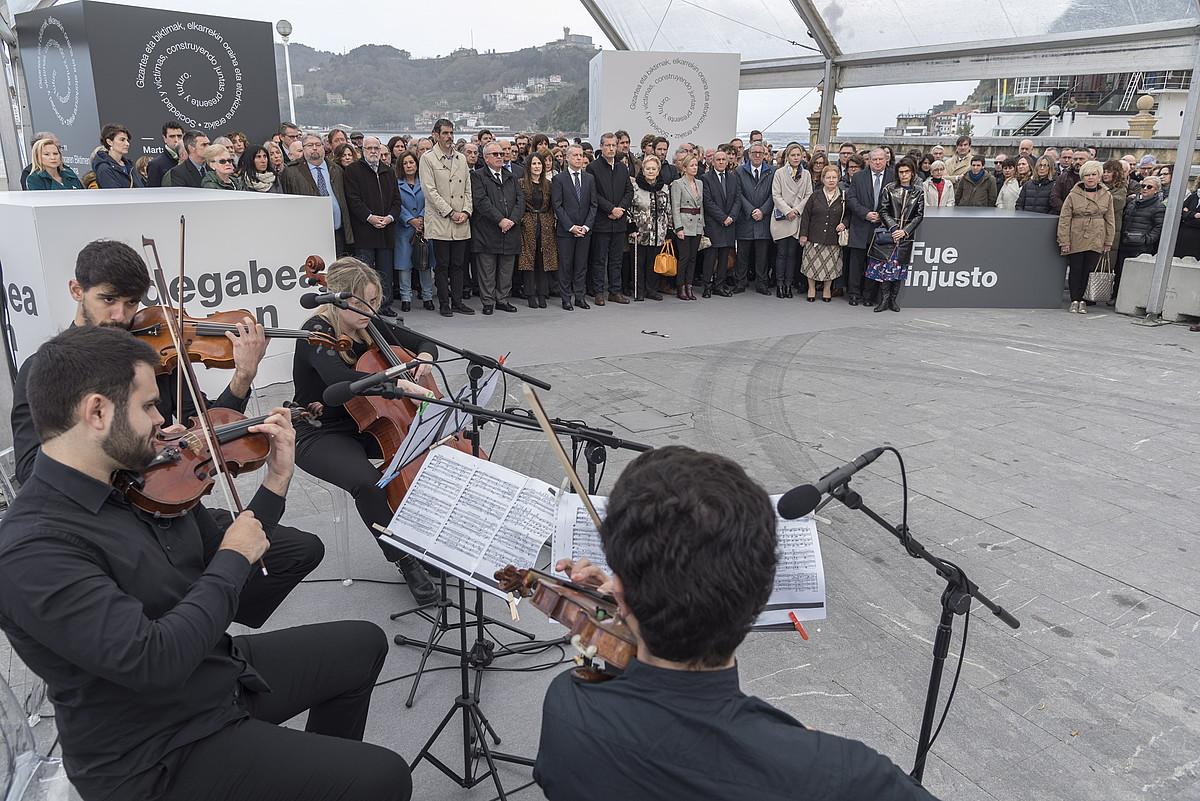 Ordezkari politiko eta instituzionalak, atzo, Donostian eginiko ekitaldian. ©ANDONI CANELLADA / FOKU