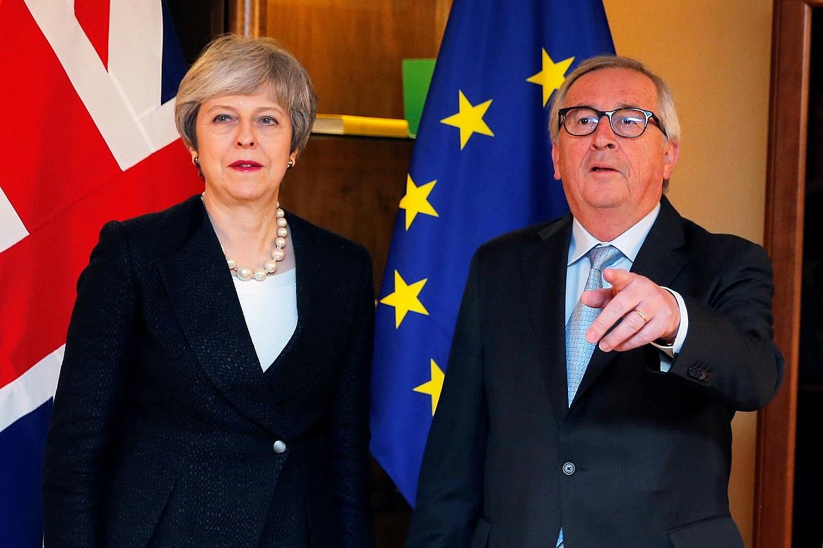 Theresa May Erresuma Batuko lehen ministroa eta Jean Claude Juncker Europako Batzordeko presidentea, atzo gauean, Estrasburgon. ©VINCENT KESSLER / EFE