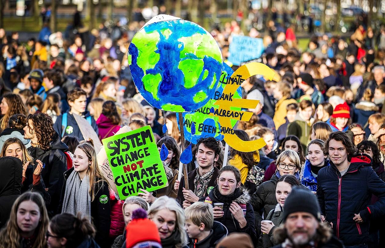 Otsailean Herbereetako ikasleek klima aldaketaren kontra egindako protesta bat.