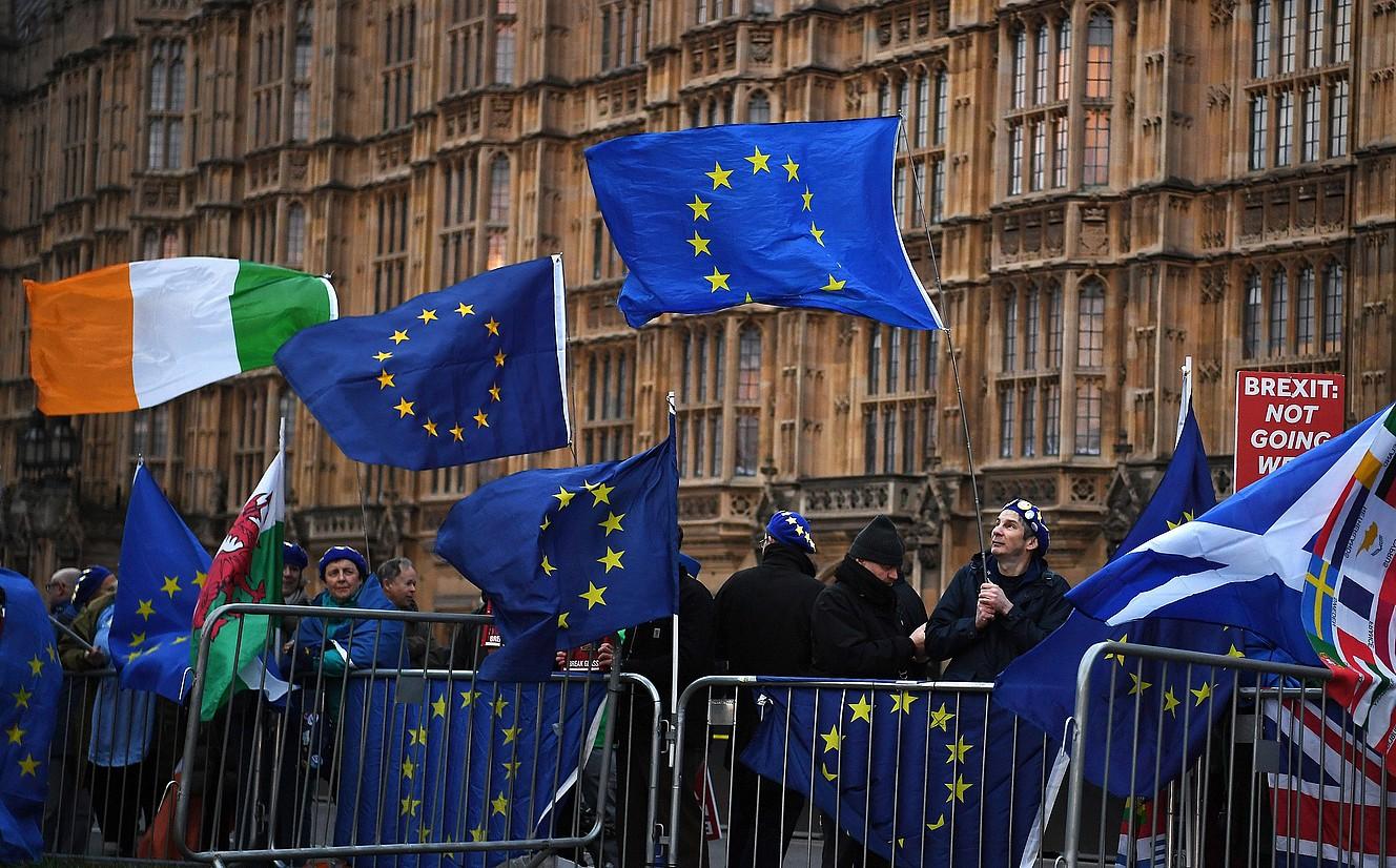 Manifestariak Irlandako, Galesko, Eskoziako, EBko eta Erresuma Batuko banderekin, atzo, Erresuma Batuko Parlamentuaren parean, Londresen. ©ANDY RAIN / EFE