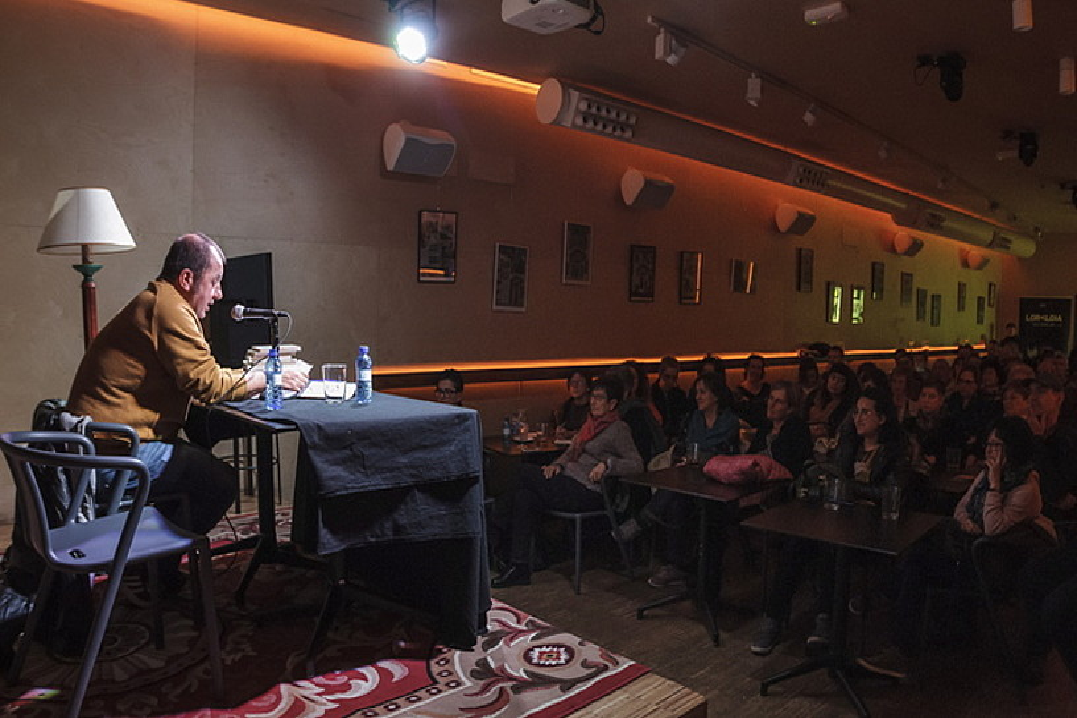 Asteartean hasi zen Loraldia jaialdia, Iñigo Aranbarri idazleak Bira kulturgunean egindako solasaldiarekin.