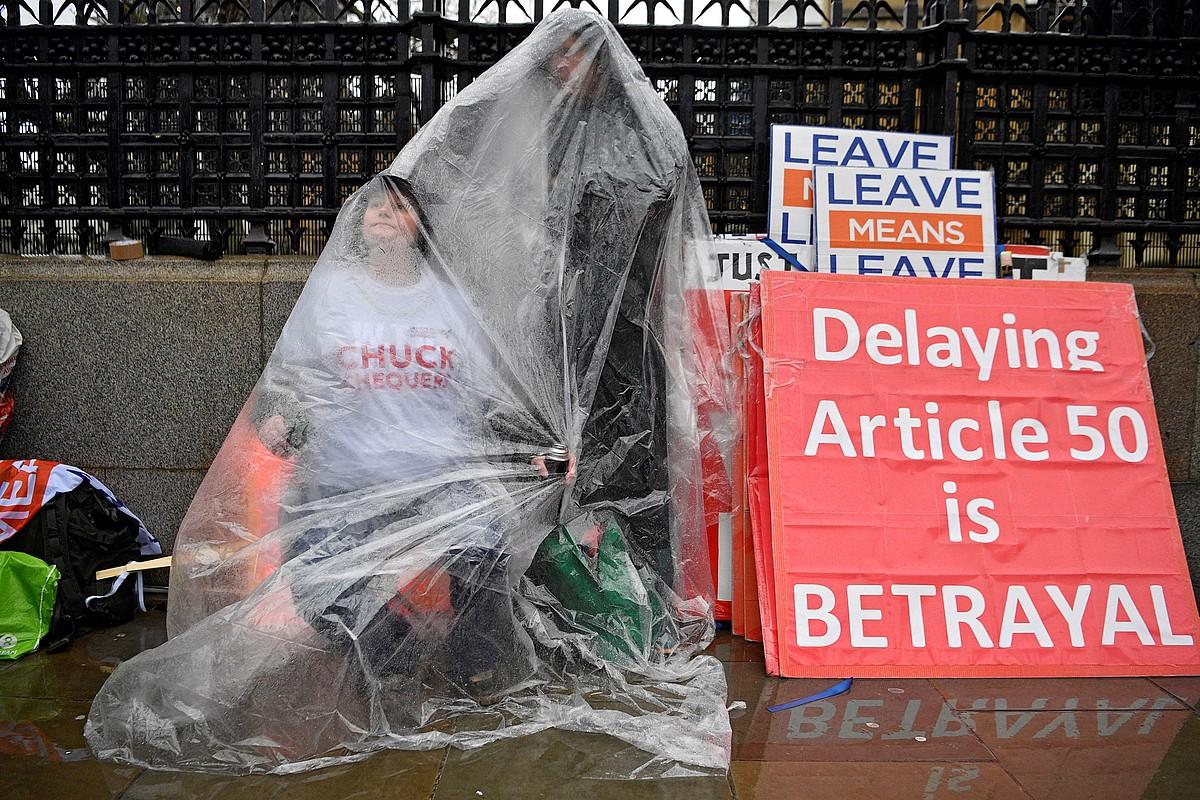 <em>Brexit</em>-a atzeratzea «traizioa» dela dioten bi manifestari, iragan asteartean, Erresuma Batuko Parlamentuaren aurrean.