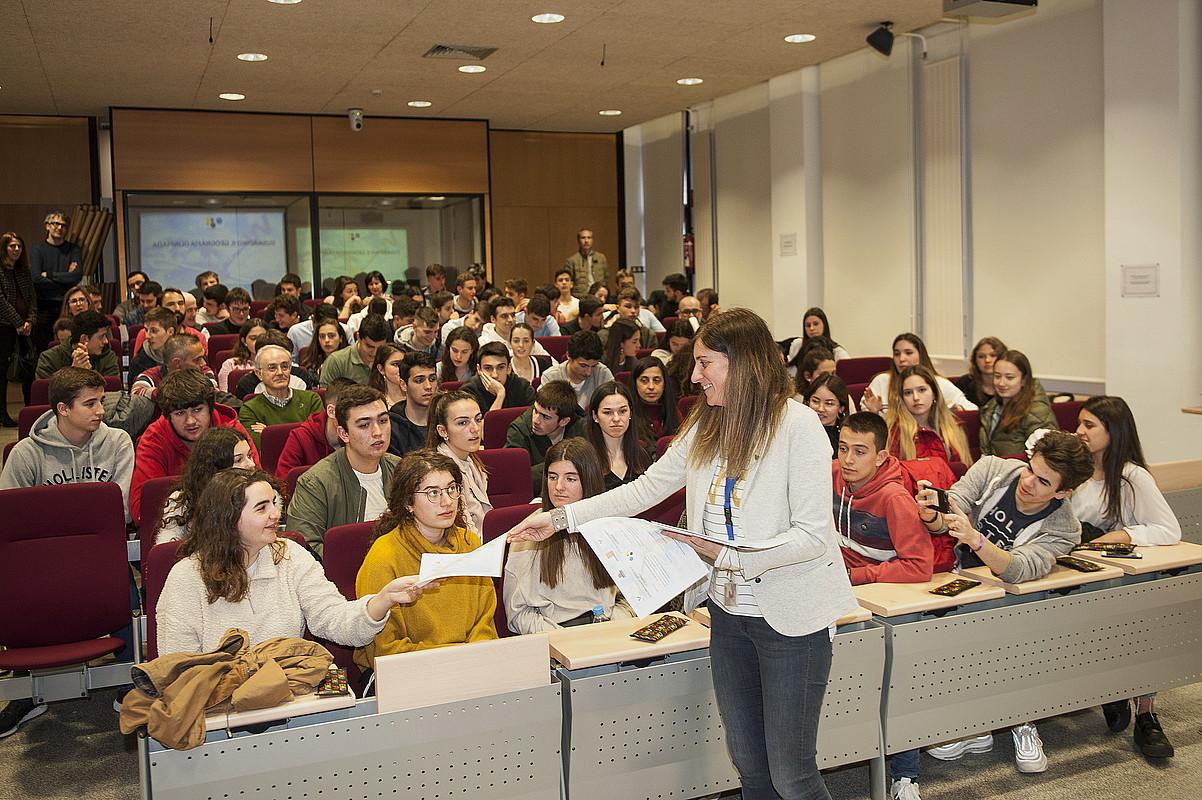 Geografiako Olinpiar Jokoetan parte hartu zuten ikasleen arteko diploma banaketa, atzo. ©JAIZKI FONTANEDA / FOKU