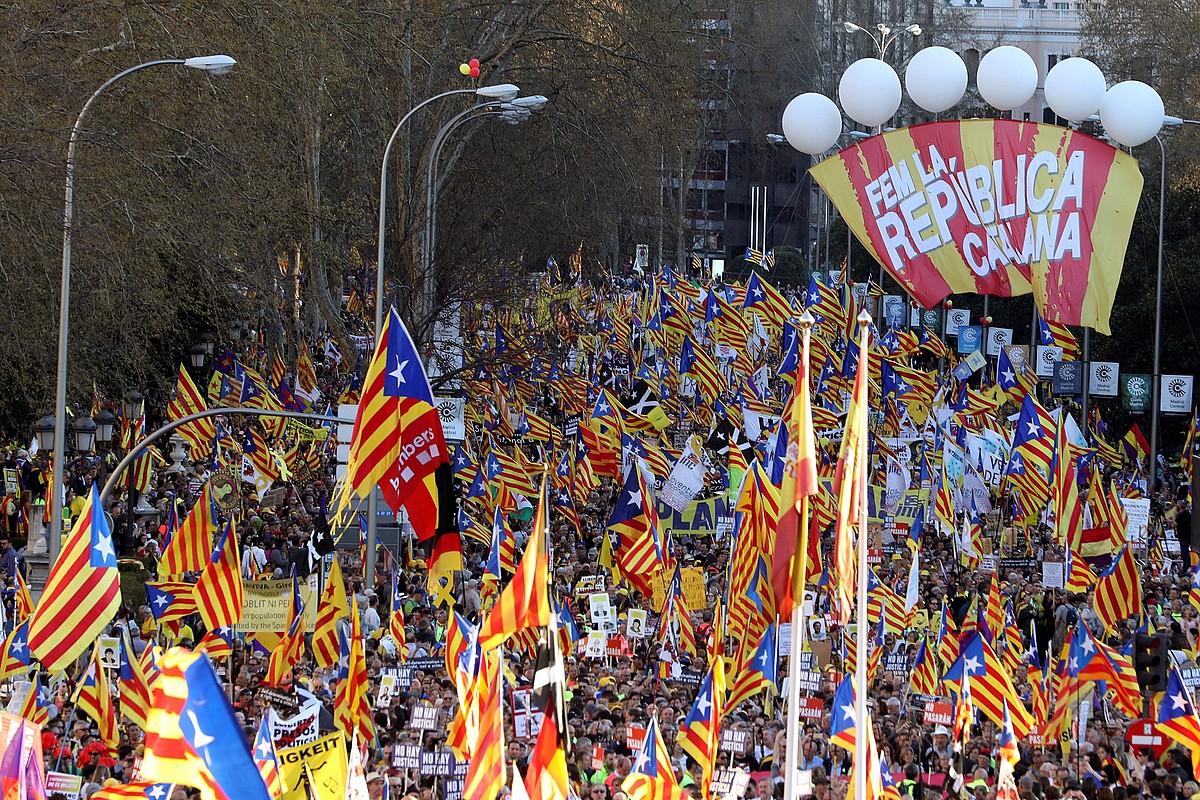 Manifestazioak jendetza bildu zuen Madrilgo Prado pasealekuan: antolatzaileen esanetan, 120.000 lagun; Poliziaren arabera, 18.000. ©J. J. GUILLEN / EFE