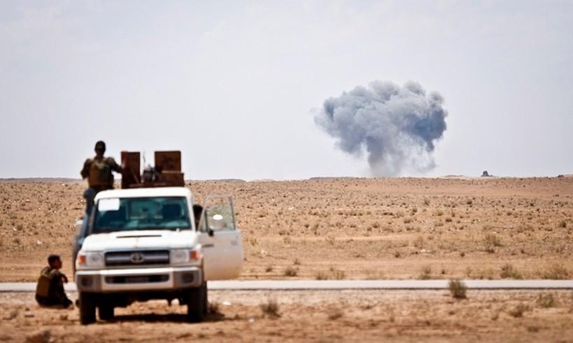 SDF Siriako Indar Demokratikoen milizianoak Estatu Islamikoaren aurkako bonbardaketa bati begira, iazko maiatzean, Siria hego-ekialdean. ©CENTCOM