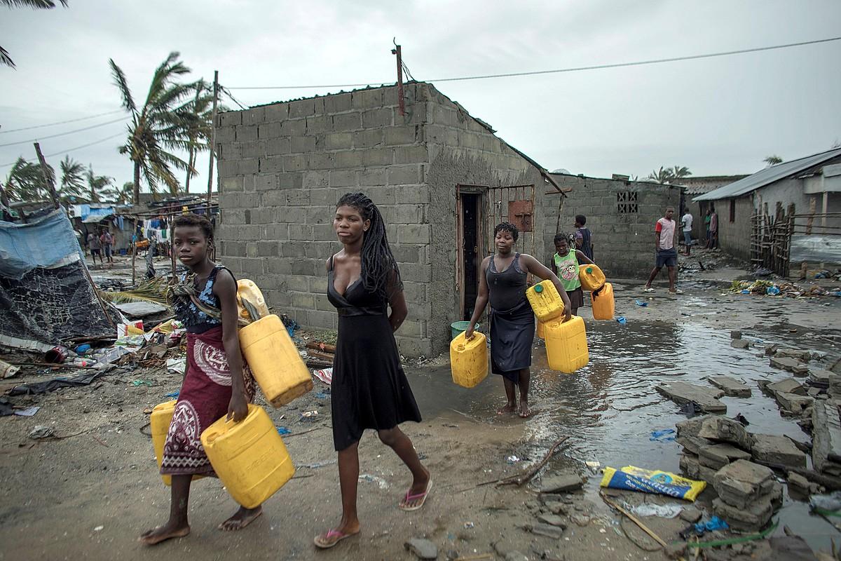 Hainbat emakumezko ur edangarria bilatzeko ahaleginean, duela hiru egun, Beira inguruan (Mozambike).